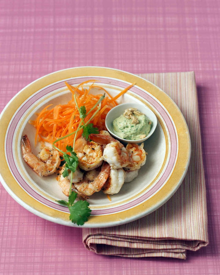 Cena natalizia e un'idea con piatto di gamberetti grigliati e carote grattugiate