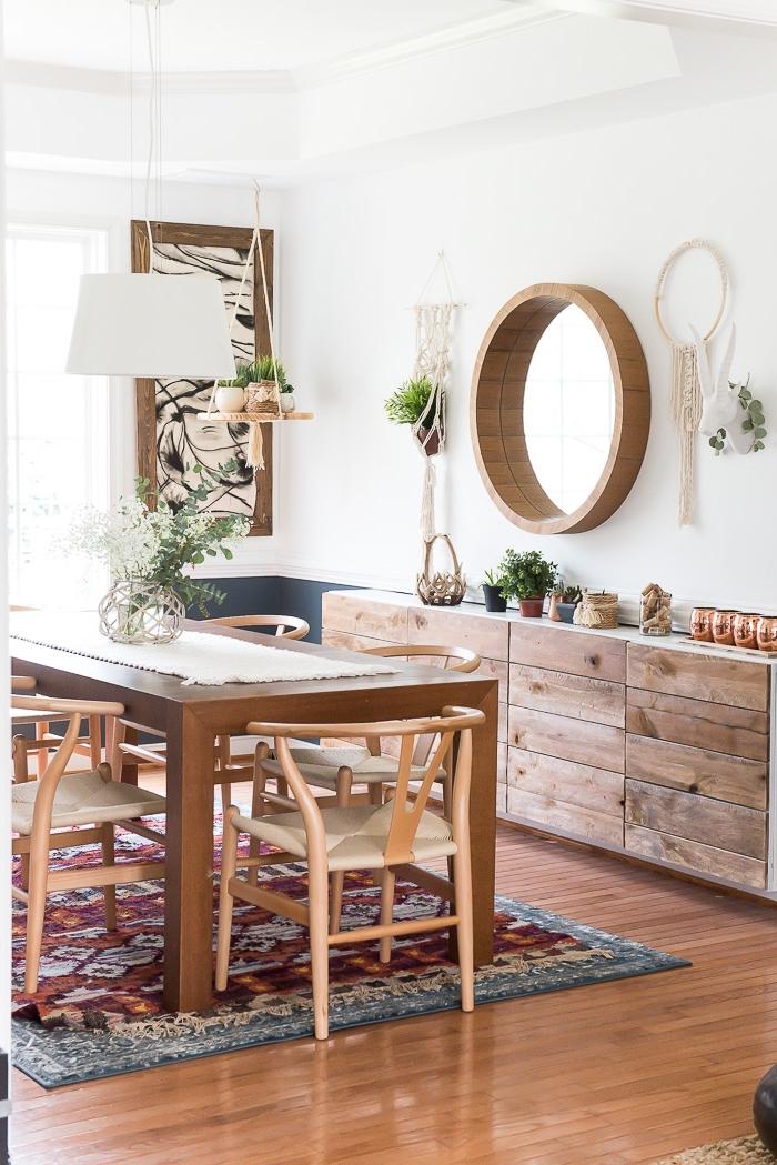 Una sala da pranzo con mobili in legno e decorazioni da parete con corda