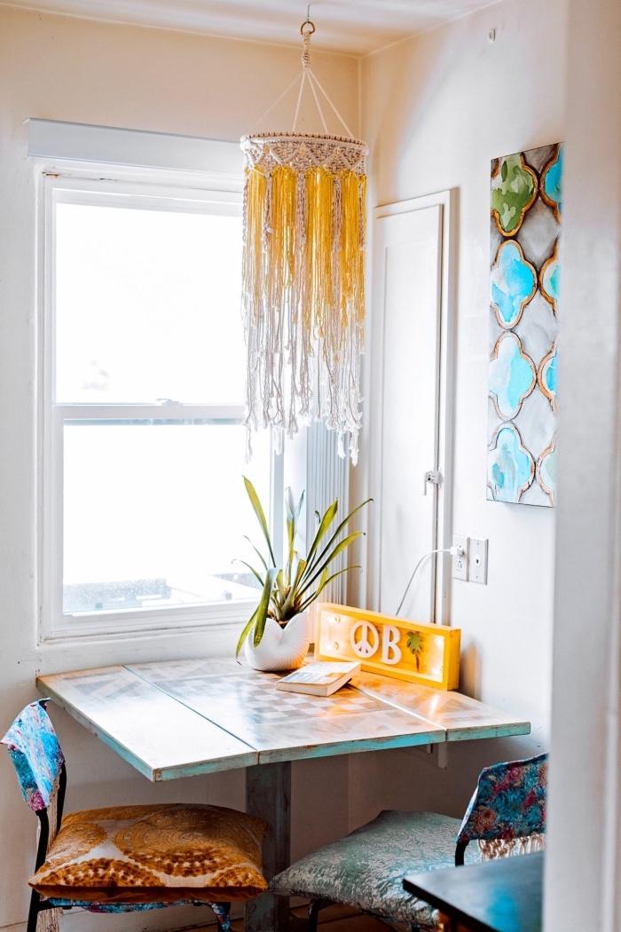 Una sala da pranzo vintage con finestra e lampadario con paralume di macramè