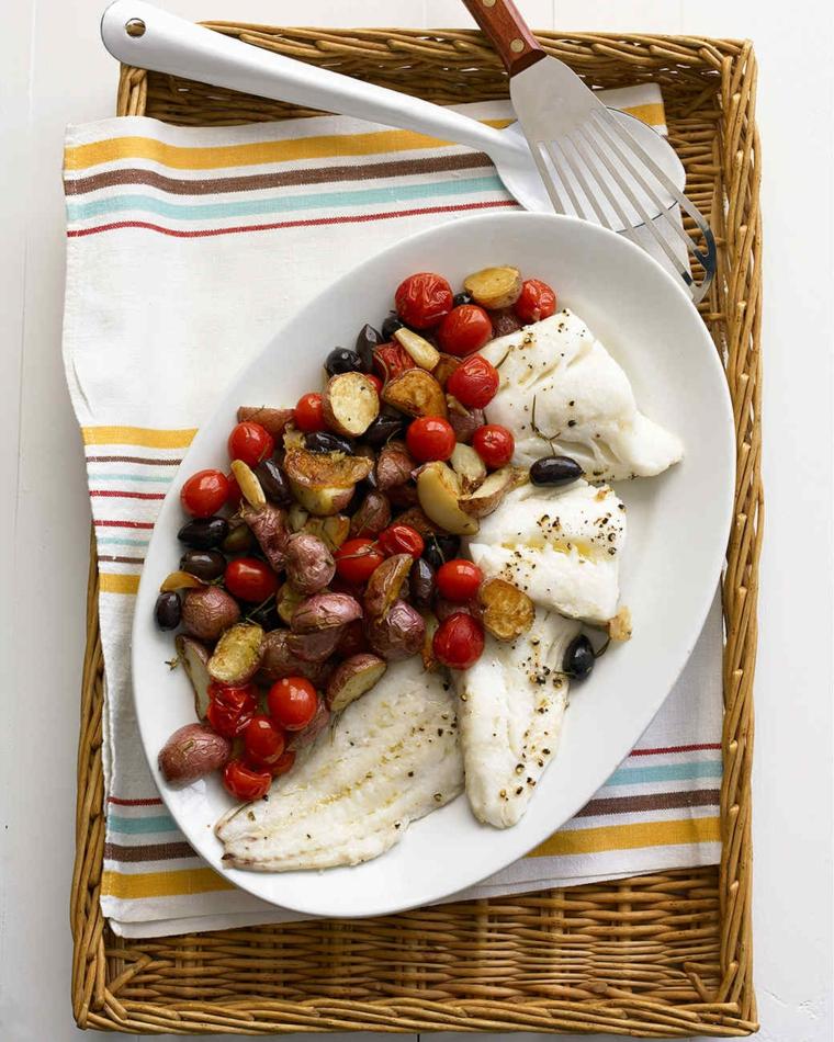 Ricette natalizie e un'idea con piatto di pesce e contorno di pomodorini e olive