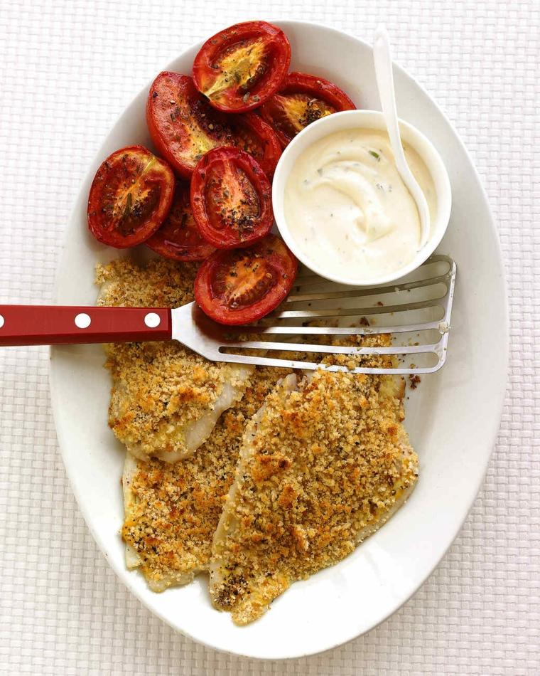 Filetti di pesce gratino con contorno di pomodorini e salsa bianca