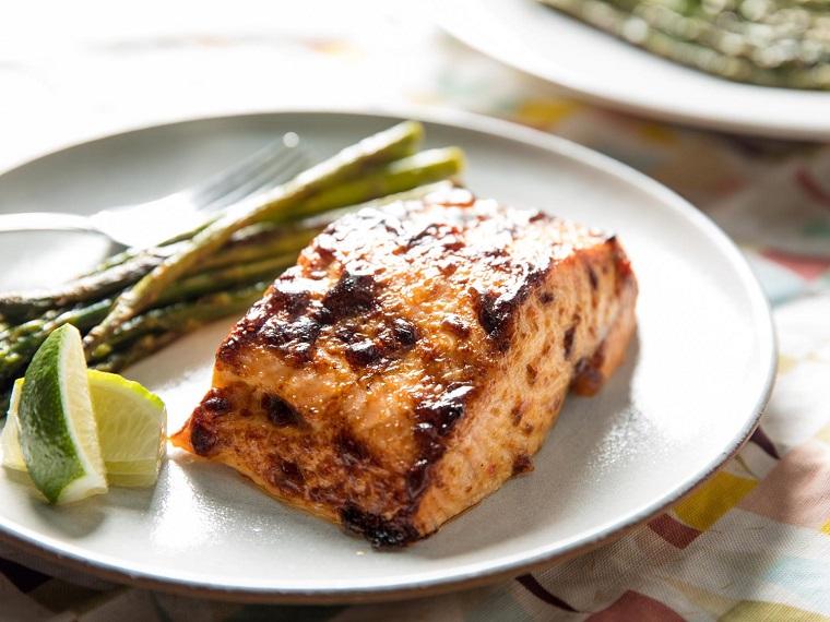 Idea per dei secondi piatti natalizi di carne con un filetto di salmone al forno e contorno di asparagi