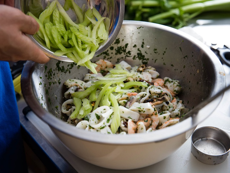 Cena della Vigilia con un'antipasto di insalata frutti di mare con sedano tagliato a fette