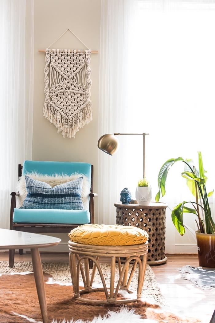 Merletti e pizzi in un soggiorno con mobili in legno e decorazione con piante