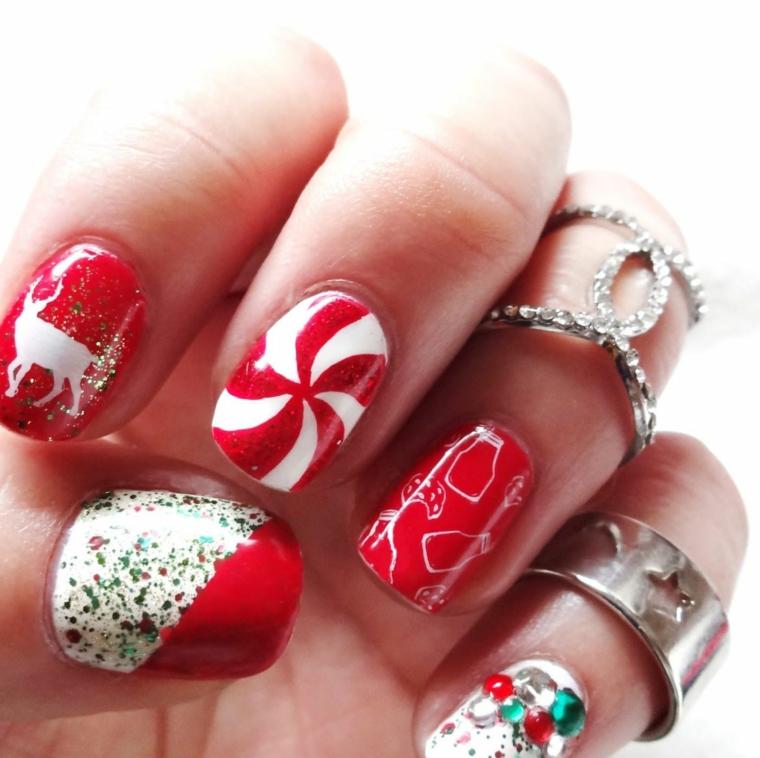 Idea per delle unghie rosse argento lucido con disegni di colore bianco e glitter