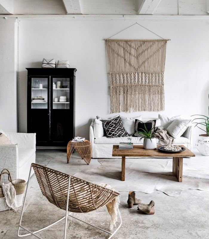 Un soggiorno di stile nordico con un macramè da parete realizzato con della corda canapa