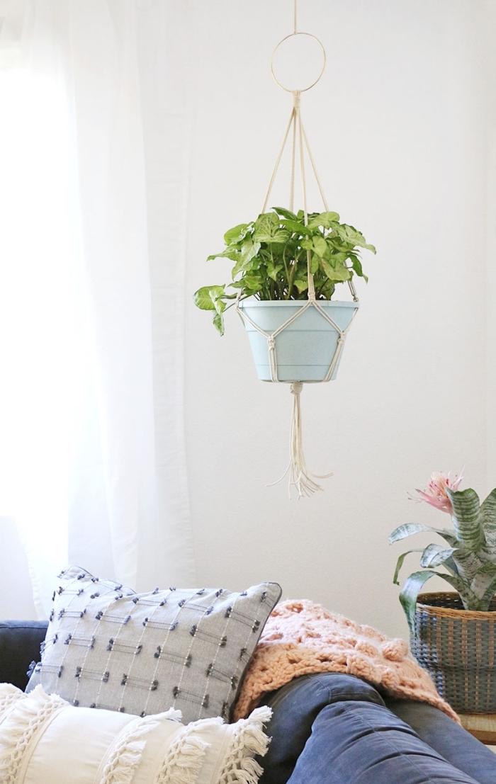 Un semplice macramè corda bianca come portavaso sospeso in un soggiorno