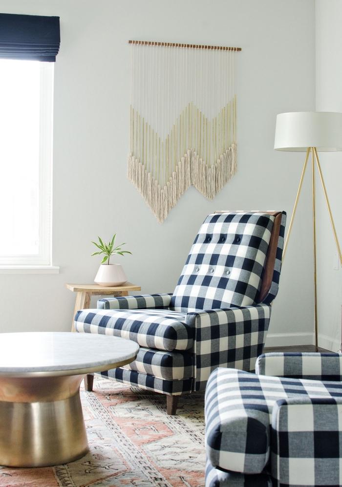 Salotto con un arredo dal design classico con una decorazione da parete in macramè