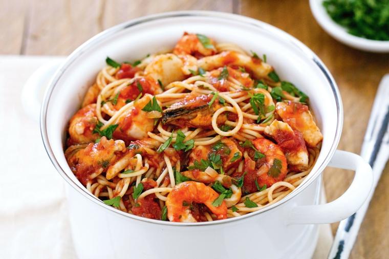 Menu Vigilia di Natale con spaghetti alla marina con frutti di mare e sugo rosso