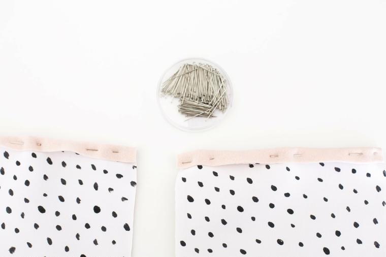 Fissare con spilli il feltro e il tessuto bianco, addobbi natalizi fai da te e un'idea con calza da appendere