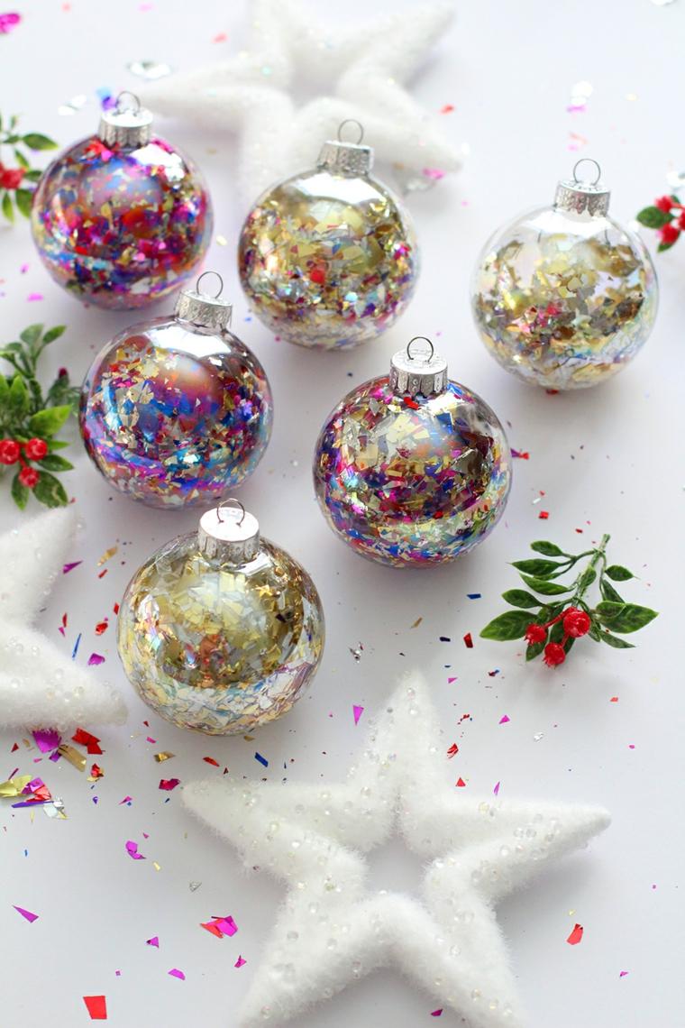 Creazioni di Natale fatte a mano, palline piene di pezzettini di carta colorata
