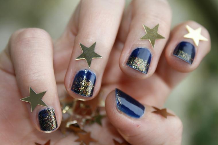 Unghie gel natalizie per manicure corta su una base di smalto blu e glitter oro