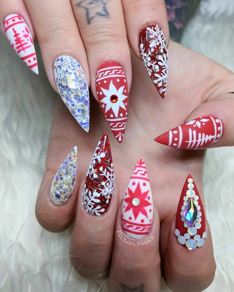 Un semipermanente natalizio per delle unghie stiletto con vari disegni e brillantini