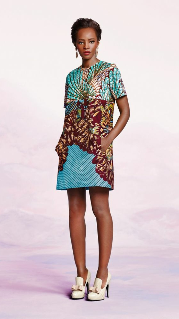 Vestiti africani donne e un'idea con abito midi di colore blu a manica corta