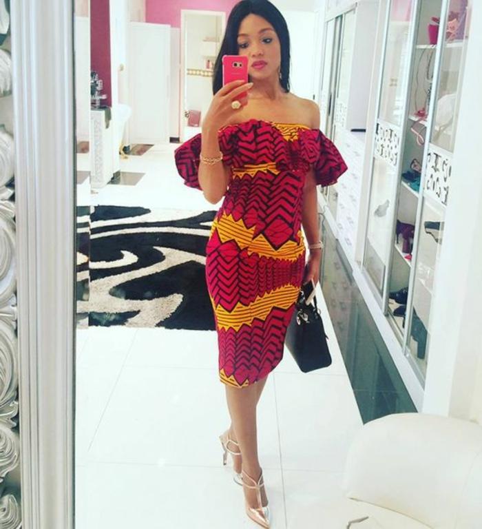 Abbigliamento africano con un abito a tubino di colore rosso arancione