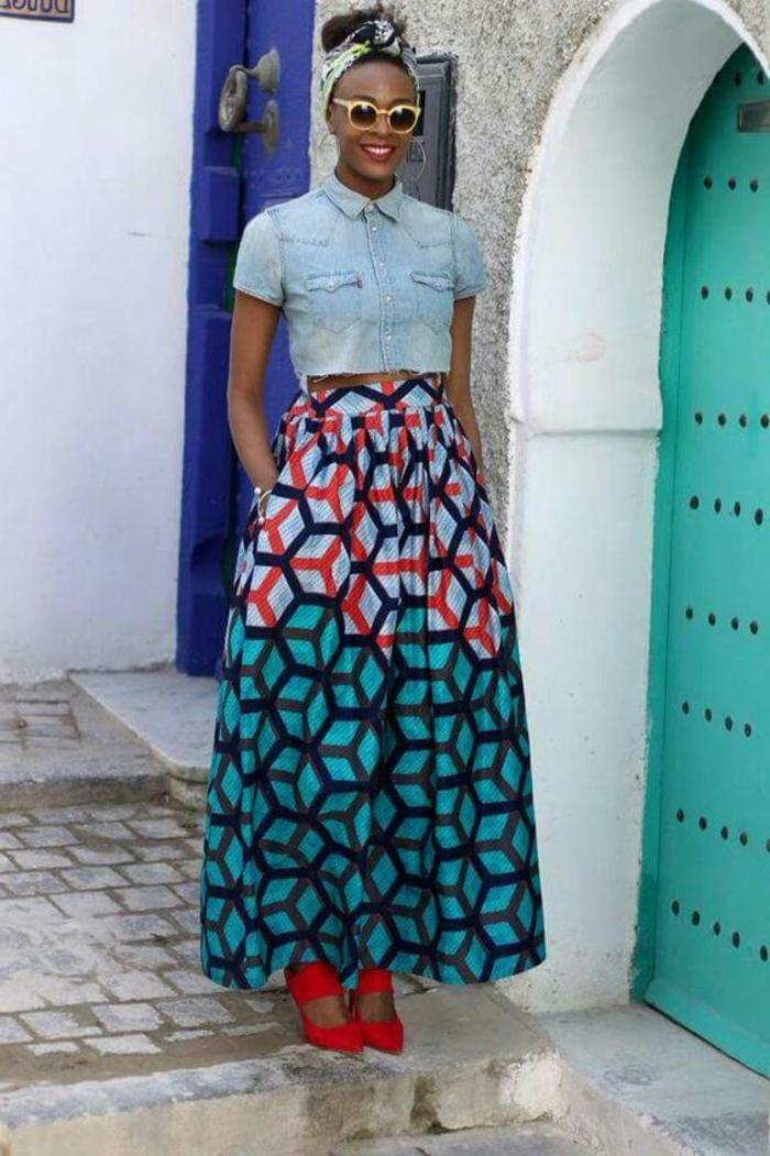 Tessuti africani e un'idea di abbigliamento con gonna lunga e camicia in jeans