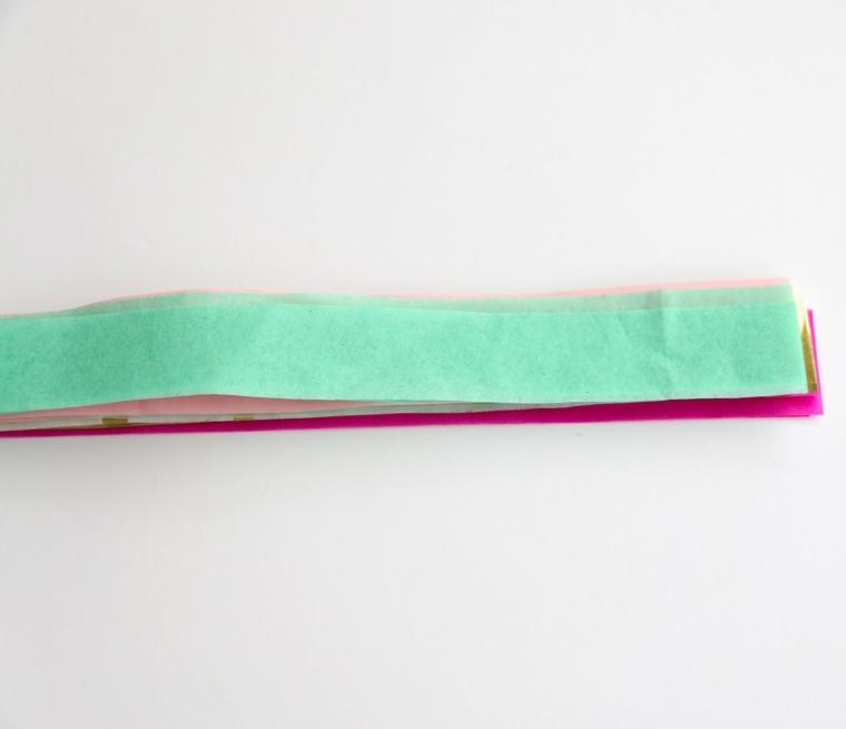 Addobbi natalizi fatti a mano, strisce di carta velina dalla forma rettangolare