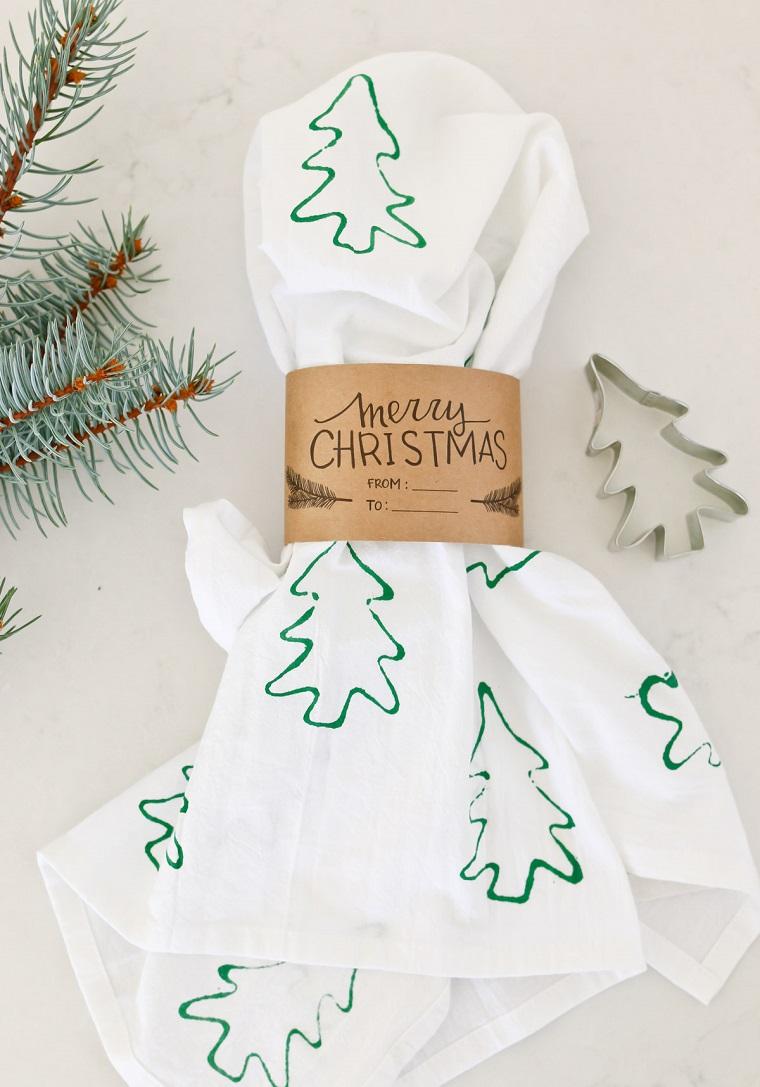 Lavori natalizi fatti a mano e un'idea con la decorazione dei strofinacci