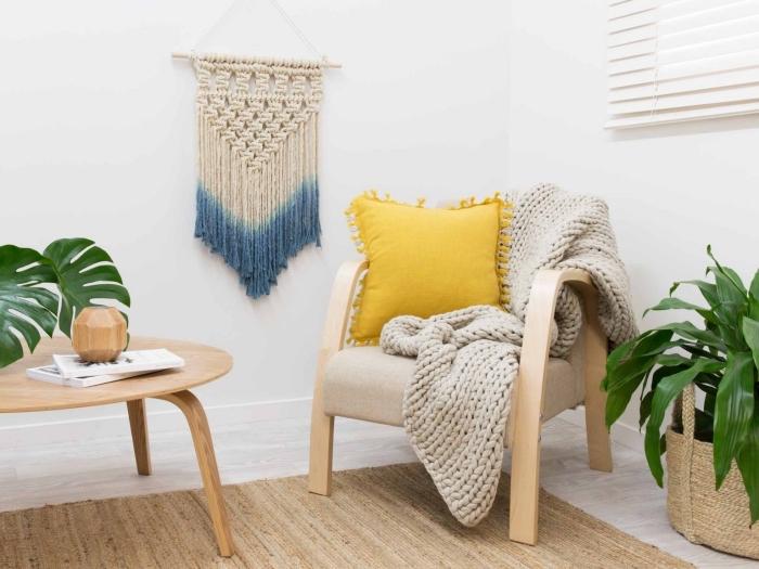 Nodo macramè e un'idea con decorazione da parete colorata in un salotto con mobili di legno