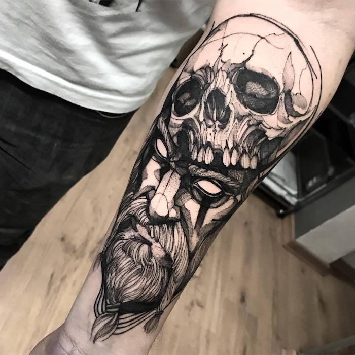 Idee tatuaggi uomo e un disegno con teschio sulla testa di un vichingo
