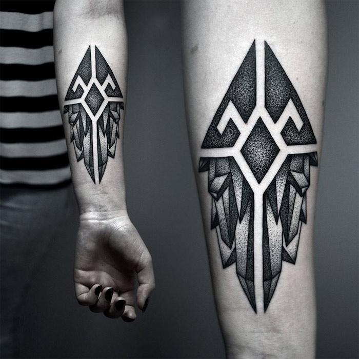 Il braccio di una donna con tatuaggio forme geometriche sull'avambraccio