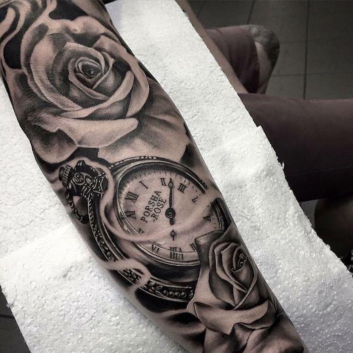 Idea per un tattoo old school braccio con il disegno di un orologio e rose
