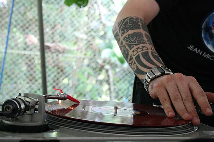 Tatuaggio uomo braccio con disegni e motivi maori