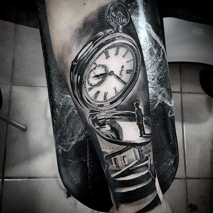 Tatuaggi sulle spalle uomo con il disegno di un orologio vintage con significato profondo