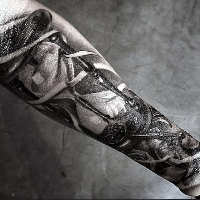 Idea per un tattoo uomo braccio con una chiave vintage e tante sfumature per colorare il disegno