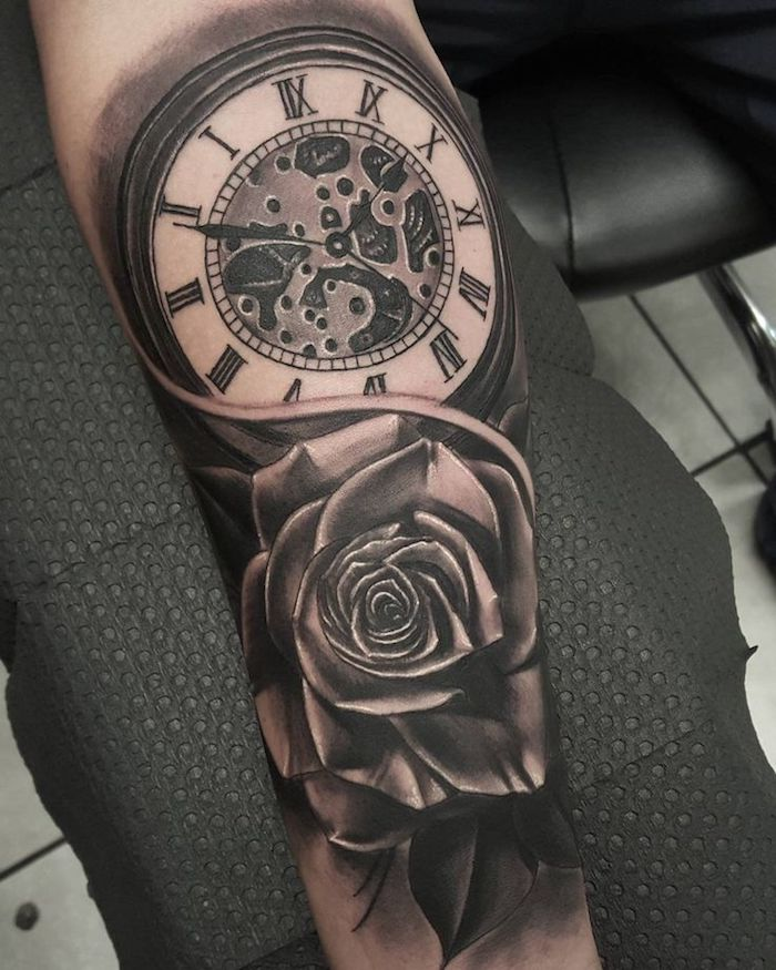 Tatuaggio uomo braccio con il disegno di un orologio vintage e una rosa