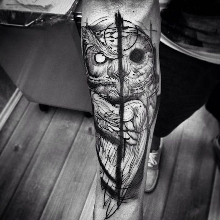 Tatuaggi uomo e un'idea con il disegno di un gufo diviso a metà