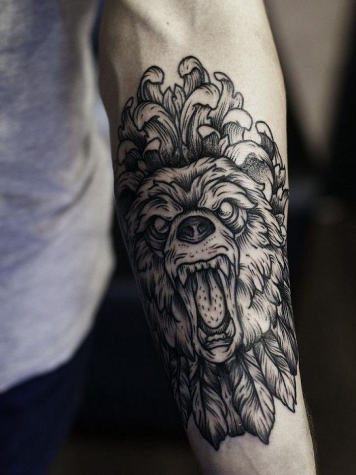 Un'idea per tatuaggi uomo sull'ava,braccio con disegno di un animale selvaggio con piume