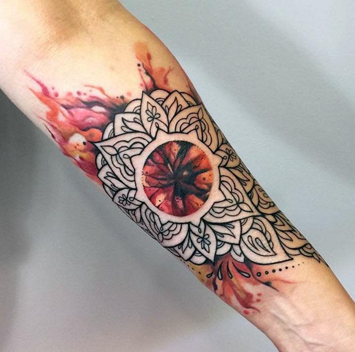 Tattoo avambraccio con motivi mandala e fiamme colorate