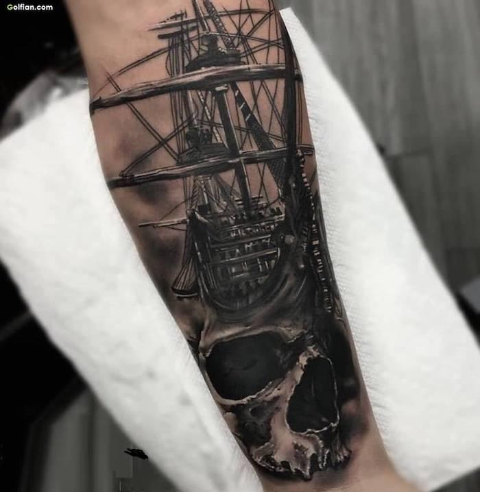 Tatuaggi piccoli significativi, il braccio di un uomo tatuato con una nave pirata