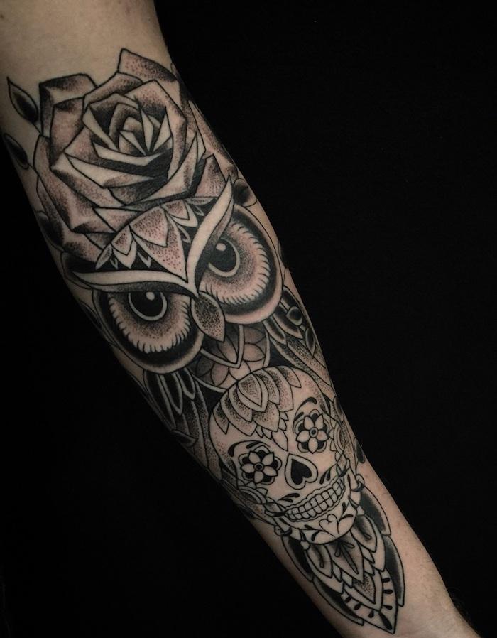 Tattoo old school braccio, il disegno di una rosa e un gufo con sotto un teschio messicano