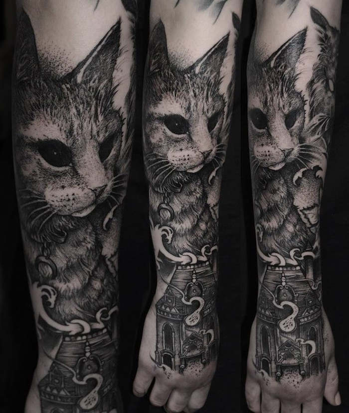 Tattoo uomo braccio con il disegno di un gatto con gli occhi neri