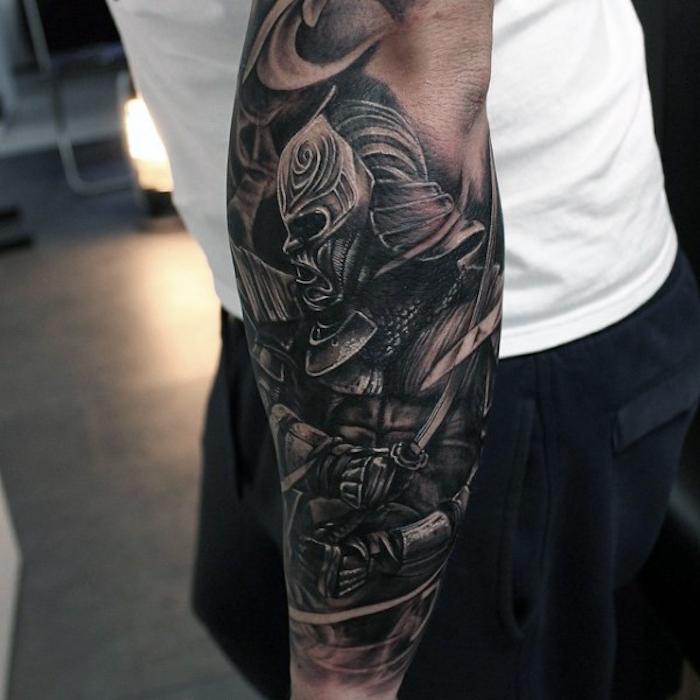 Tattoo avambraccio di un uomo con l disegno di un uomo con maschera