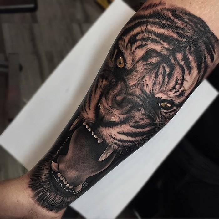 Un'idea per dei tatuaggi piccoli significativi per uomo, disegno tatto di una tigre con la bocca aperta