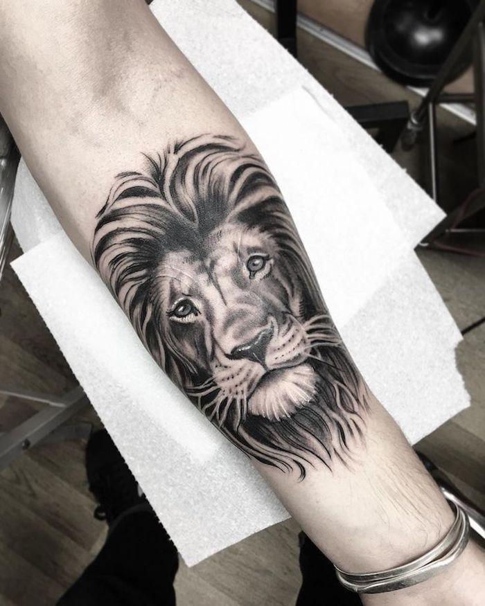 Idea per dei tatuaggi uomo sull'avambraccio con il disegno di un leone
