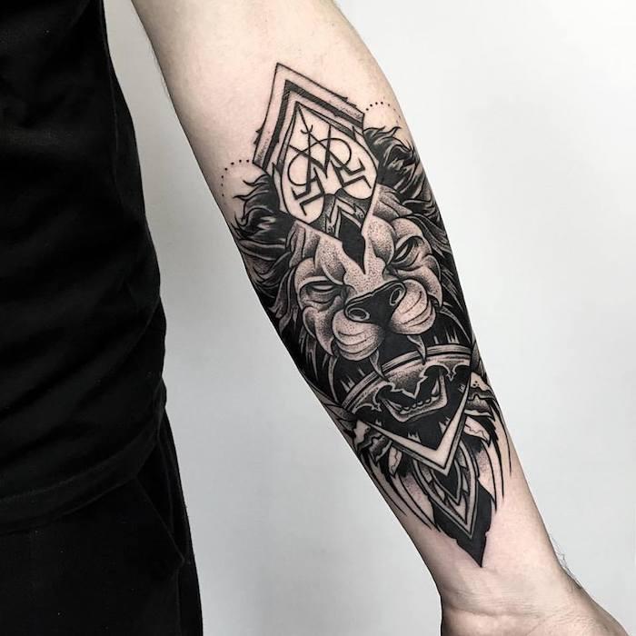 Idea per un tatuaggio avambraccio con il disegno di un leone