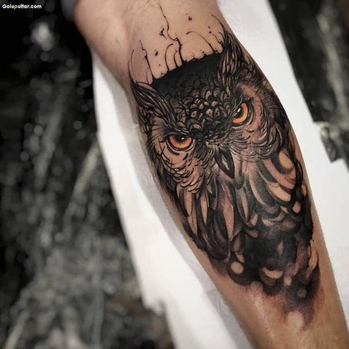 Idee tatuaggi uomo e un disegno di un gufo con sfumature sull'avambraccio