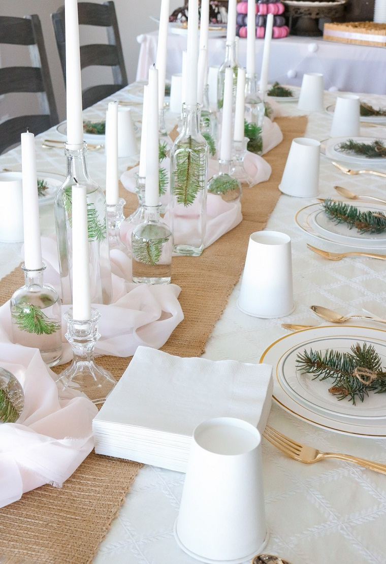 Addobbi natalizi fai da te con bottiglie di vetro e candele, tavola apparecchiata con segnaposti
