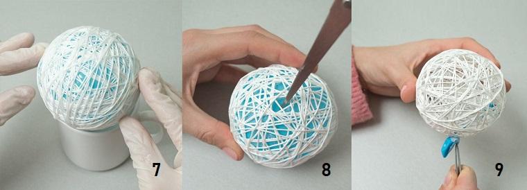 Decori natalizi con un pallina di filo bianco e colla, un palloncino gonfiato come base