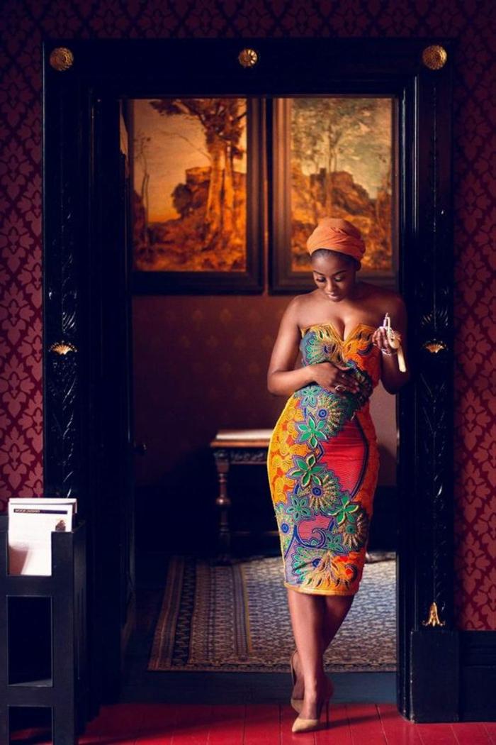 Stoffe africane per vestiti eleganti, ragazza con un abito midi e stampe floreali