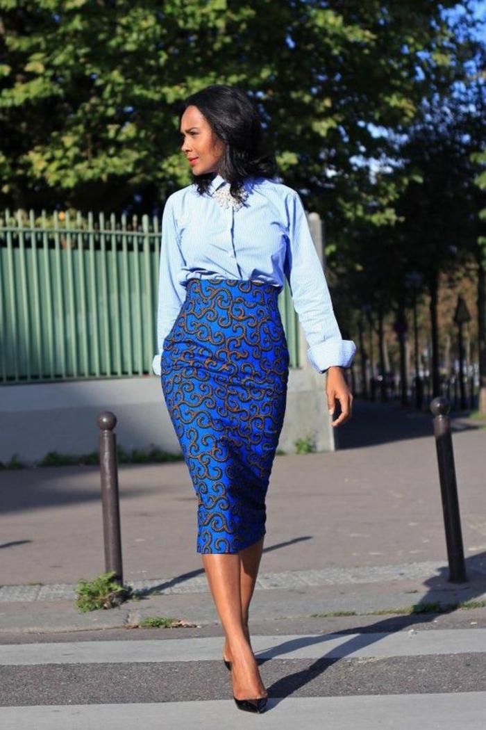 Idea di abbigliamento con una gonna longuette e tessuti etnici di colore blu