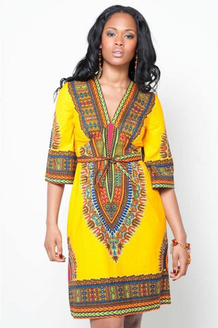 Ragazza africana con un vestito giallo e cinturino in vita