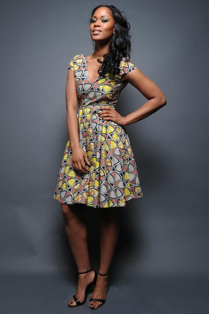Abiti africani femminili e un'idea con vestito midi con scollatura