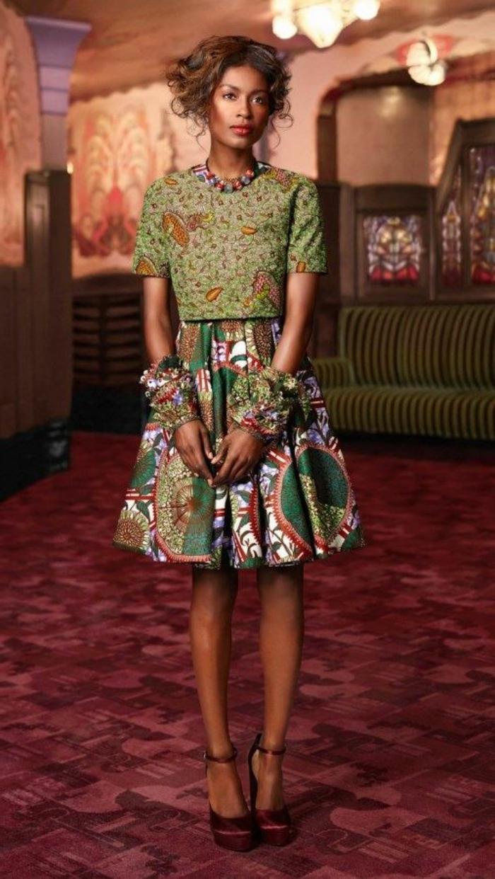 Abbigliamento con una gonna a ruota e maglietta di tessuti africani di colore verde