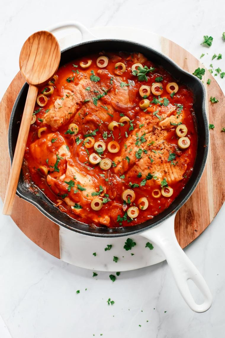 Filetti di pesce per la vigilia di Natale con sugo rosso e olive