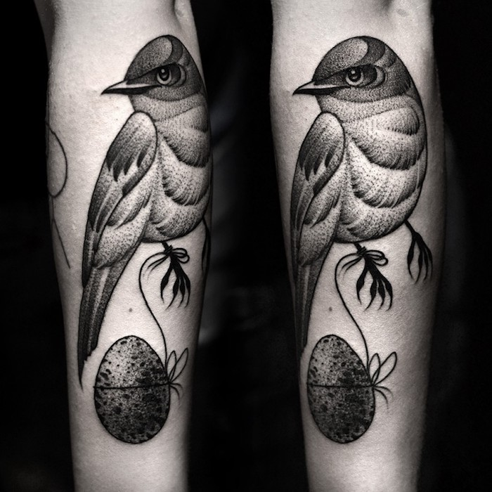 Uccello con uovo legato con filo, tattoo con sfumature e puntini